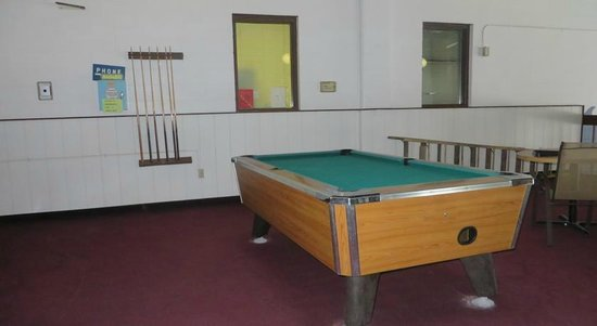 Voyageur Inn and Conference Center: Pool Table