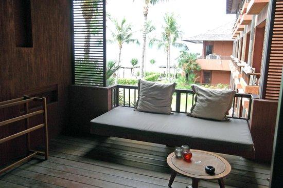 Hansar Samui Resort : Der Balkon mit Tagesbett