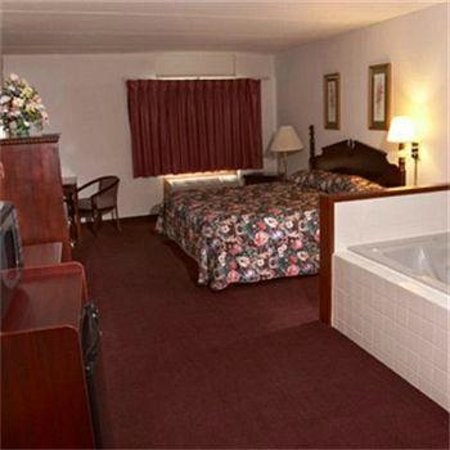Voyageur Inn and Conference Center : King Jacuzzi Room