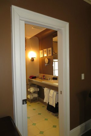Rittenhouse 1715, A Boutique Hotel: Looking into bathroom (Room 211)
