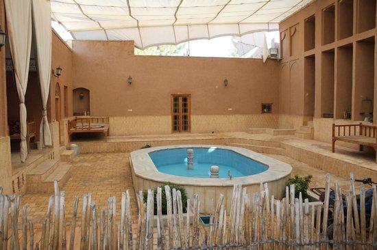 Farvardinn: Pequeña piscina central