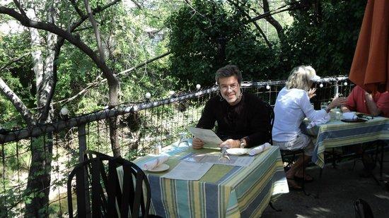 Calistoga Inn: Mesa ao lado do rio