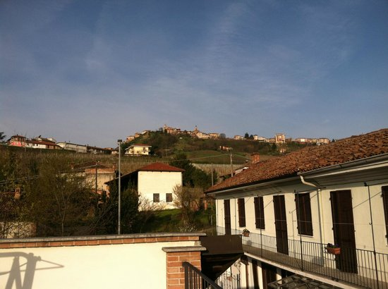 Agriturismo Erbaluna : Looking up to the town of La Morra