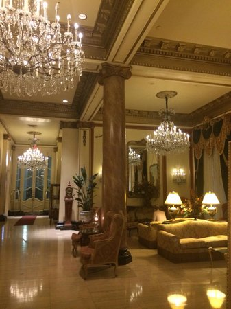 Le Pavillon Hotel: Gorgeous lobby--love the chandeliers.