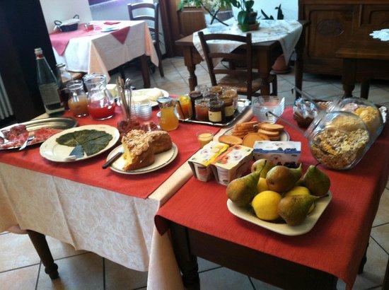 Agriturismo Erbaluna : the breakfast spread.  Delicious!