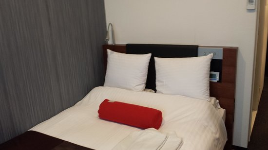 Hotel Mystays Asakusa-bashi: Bed is enough for 2 average sized people.
