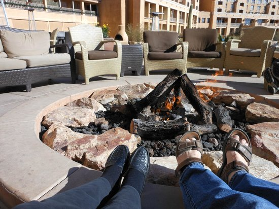 JW Marriott Tucson Starr Pass Resort & Spa : Fire pit warming our feet