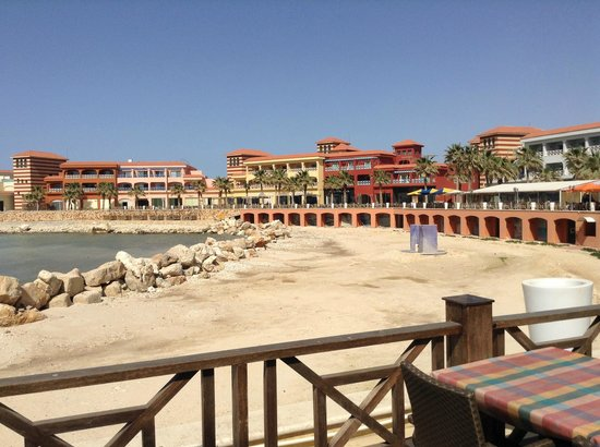 Antradous Hotel: View of the beach, the rocks are removed when the swimming season starts...