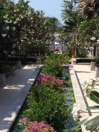 Novotel Samui Resort Chaweng Beach Kandaburi: Vom Hotel zum Pool/Restaurant und Strand