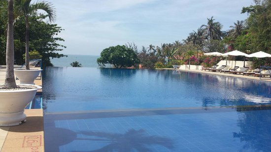 Victoria Phan Thiet Beach Resort & Spa : Massive infinity pool and perfectly no one else there