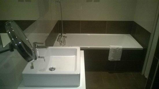 Music Hotel : Salle de bain spacieuse