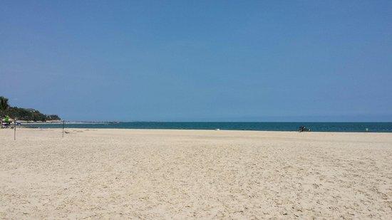 Victoria Phan Thiet Beach Resort & Spa: Massive beach less than 2 min walk from our room