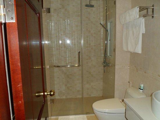 Orange Hotel: very clean bathroom