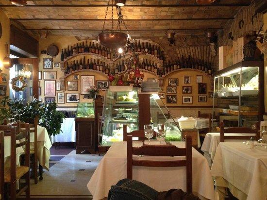 Antica Trattoria Tritone : Table near the entrance