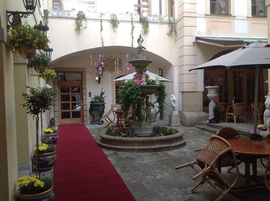 Alchymist Grand Hotel & Spa: Courtyard and red carpet