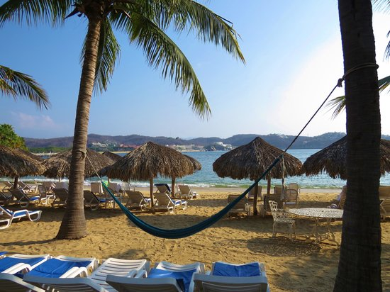 Las Brisas Huatulco: Main beach...lots of chairs.