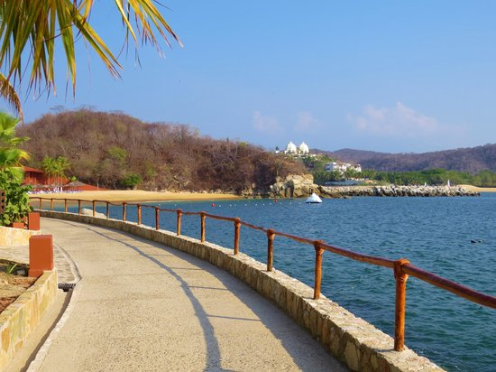 Las Brisas Huatulco: walkway along the water