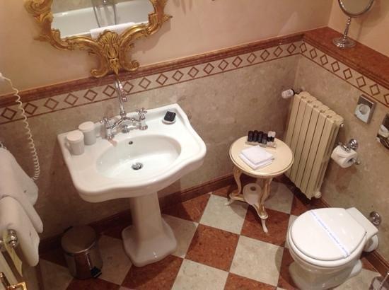 Alchymist Grand Hotel & Spa: Sparkling bathroom