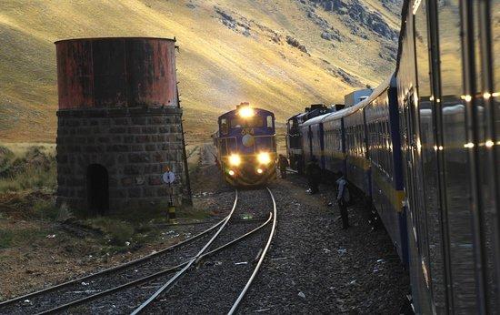 PeruRail Titicaca: Passing trains at La Raya Pass