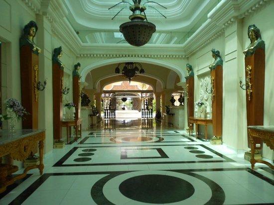 Iberostar Grand Hotel Bavaro: Entrance to hotel lobby