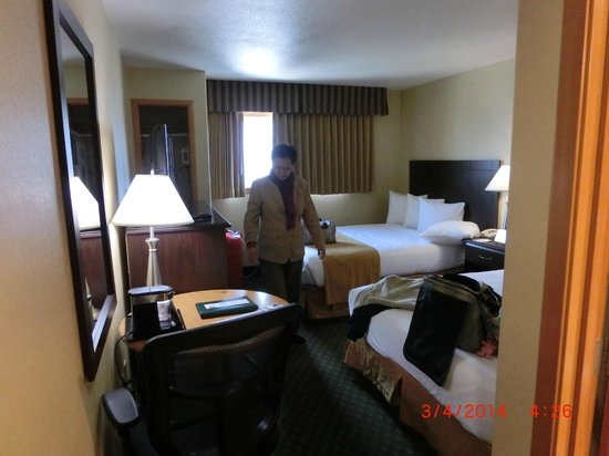 Quality Inn & Suites Seattle: the double queen room.