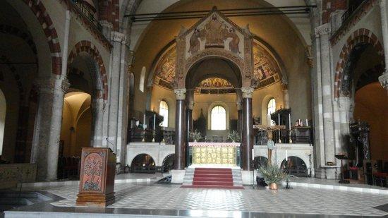 Basilica di Sant'Ambrogio: Frontale della Basilica
