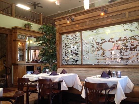 Linn's Fruit Bin Restaurant : Inside Linn's