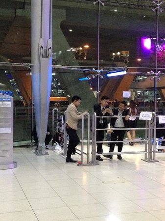 The Cottage Suvarnabhumi : Good luck finding them at the airport - look for a guy on his phone and chatting with friends!