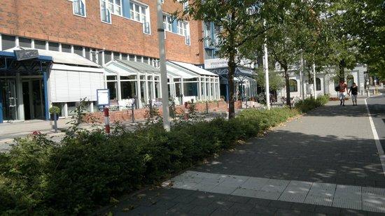 Steigenberger Conti-Hansa: по улочке к отелю