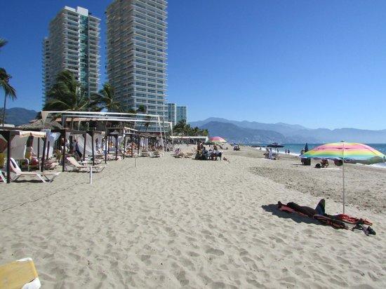 Crown Paradise Golden Resort Puerto Vallarta: looking down the beach