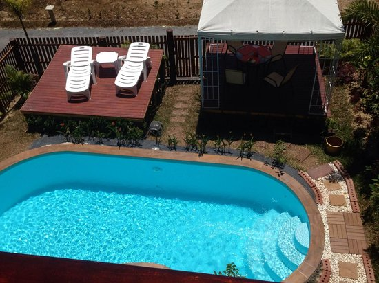 Golden Pool Villas: Pool, outdoor table and loungers