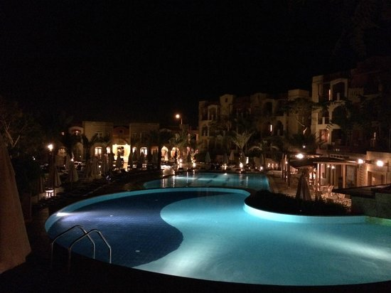 Marina Plaza Hotel Tala Bay : Pool by night