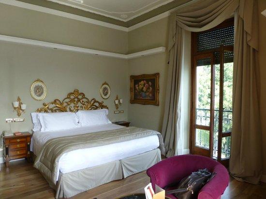 Grand Hotel Tremezzo: Lit et fenêtre de gauche (vue sur la Villa Carlotta)