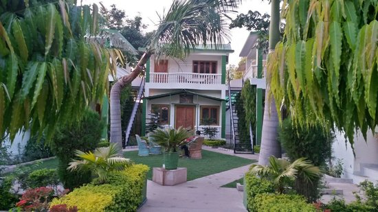 Ranthambore Vatika Resort: Beautiful lawns!