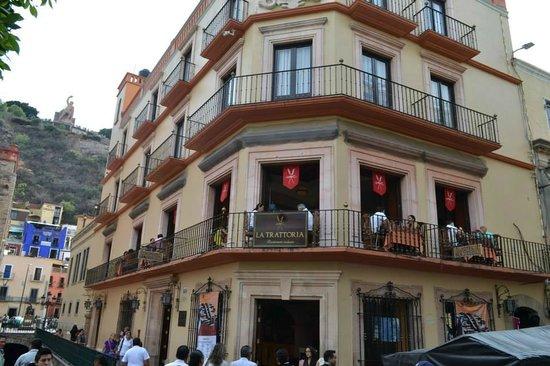 La Trattoria de Elena : fachada y balcones