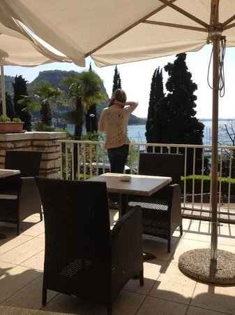 Hotel Excelsior le Terrazze: Bar terrace overlooking lake.