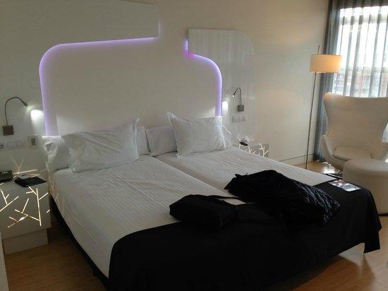 Ayre Hotel Oviedo: Habitación en 2ª planta vistas a la entrada de hotel