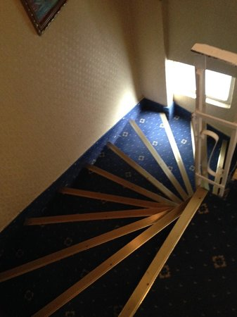 Artemis Old City Hotel : crazy steep stairway.