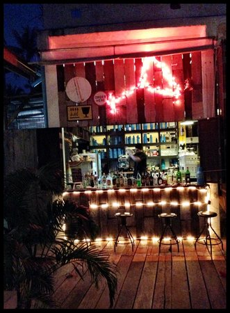 Warapura Resort: Bar/restaurant at night