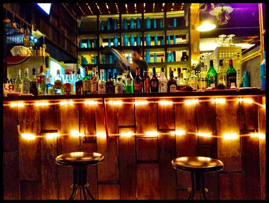 Warapura Resort: Bar at night