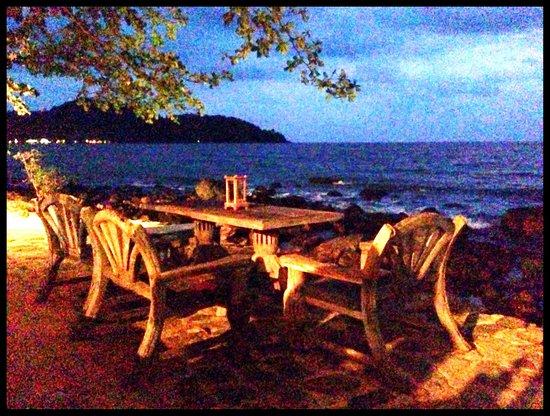 Warapura Resort: Patio/restaurant at night