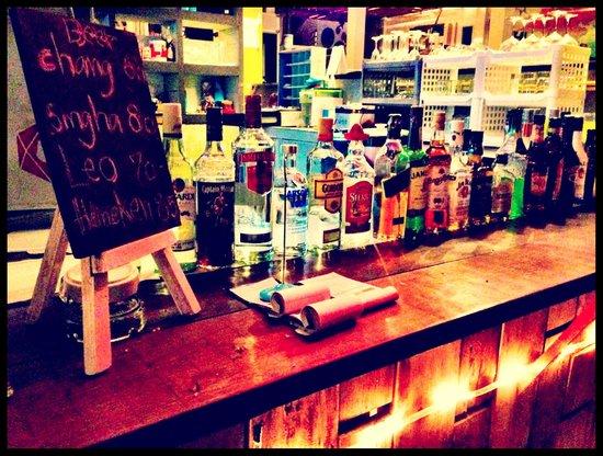 Warapura Resort: Bar at night