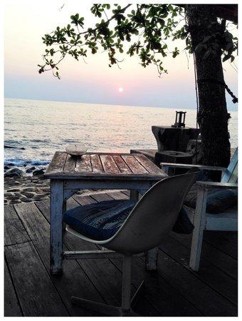 Warapura Resort: Pation area at sunset