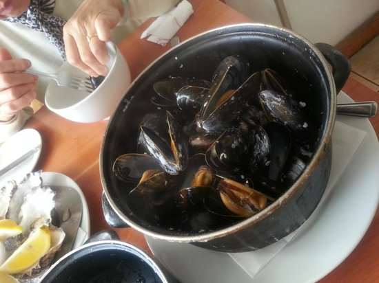 Mussel and Steak Bar : mussells in white wine sauce