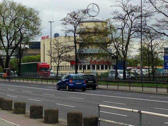Hotel und Restaurant Avus: De vroegere starttoren van het AVUS circuit, nu een hotel.