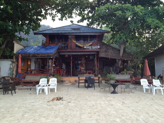 Longtail Beach Resort : Yai Bar, Just a short walk down the beach