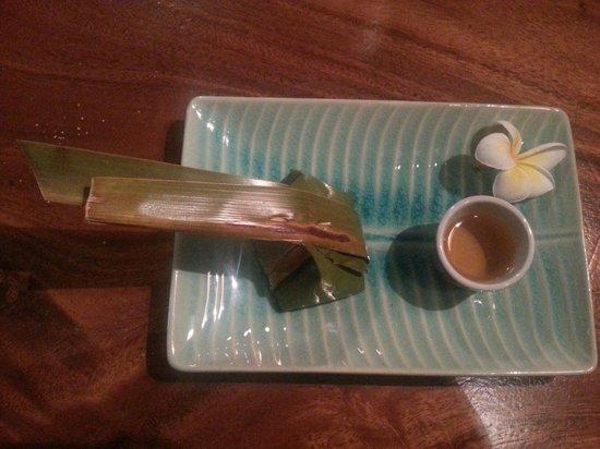 Nok Noy: Boule coco dans une feuille de bananier et son rhum banane flambée