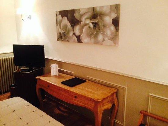Le Grand Hotel : La TV et le bureau de la chambre.