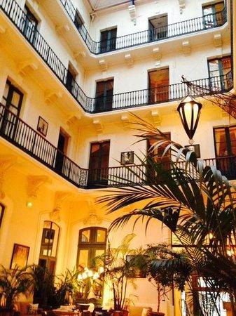 Le Grand Hotel : Vue des chambres de la salle du petit-déjeuner