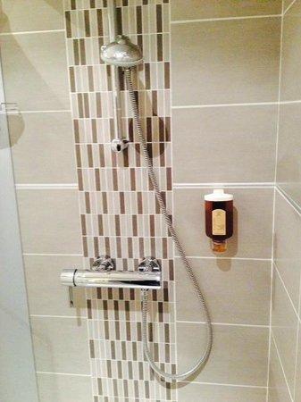 Le Grand Hotel : La douche de la salle de bain.